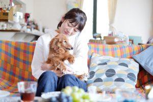 部屋の中の女性と犬